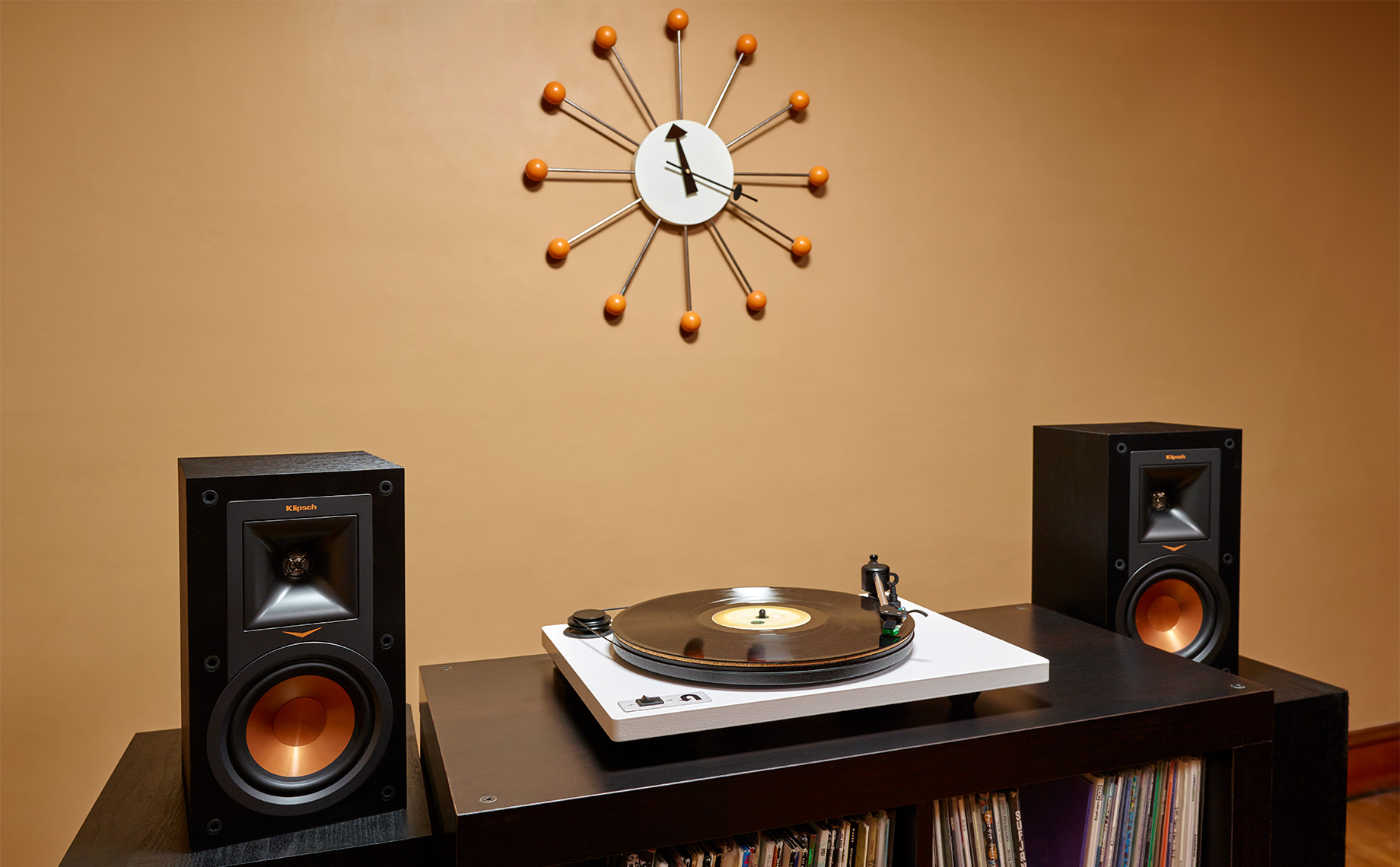 Audio Turntable in Livingroom-white-TT-with-Clock-CF006396-1-F-V2-IP